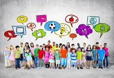 Μεγάλη ομάδα σπουδαστή με την έννοια εκπαίδευσης Στοκ εικόνα με δικαίωμα ελεύθερης χρήσης