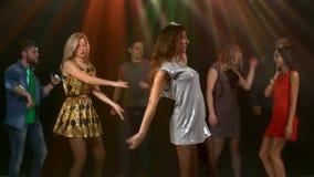 Μεγάλη ομάδα σχετικά με τη πίστα χορού στη λέσχη κορίτσι φιλμ μικρού μήκους