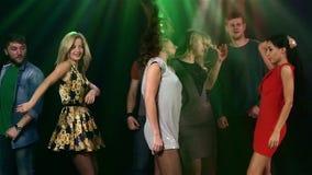 Μεγάλη ομάδα σχετικά με τη πίστα χορού στη λέσχη κορίτσι απόθεμα βίντεο