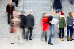 Μεγάλη ομάδα Businesspeople στα σκαλοπάτια, θαμπάδα κινήσεων Στοκ Φωτογραφίες