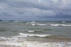 Μεγάλη ουρά από το άσπρο κύμα στην κίτρινη τροπική ωκεάνια παραλία Στοκ Εικόνα