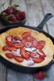 Μεγάλη ολλανδική τηγανίτα με το stawbery Στοκ φωτογραφία με δικαίωμα ελεύθερης χρήσης