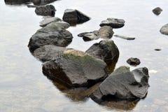 Μεγάλη πέτρα στον ήρεμο ποταμό Στοκ Φωτογραφία