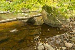 Μεγάλη πέτρα στο μικρό ποταμό Στοκ φωτογραφίες με δικαίωμα ελεύθερης χρήσης