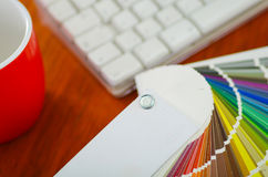 Μεγάλη παλέτα κινηματογραφήσεων σε πρώτο πλάνο colormap που διαδίδεται έξω μπροστά από το άσπρο πληκτρολόγιο υπολογιστών και την  Στοκ φωτογραφίες με δικαίωμα ελεύθερης χρήσης