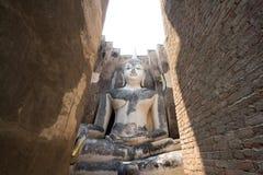 Μεγάλη περισυλλογή του Βούδα πίσω από την πύλη τούβλου Στοκ φωτογραφία με δικαίωμα ελεύθερης χρήσης