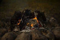 Μεγάλη πυρά προσκόπων, φωτιά υπαίθρια με το κάψιμο των ανθράκων και των φλογών Στοκ φωτογραφία με δικαίωμα ελεύθερης χρήσης