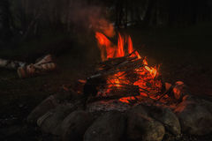 Μεγάλη πυρά προσκόπων, φωτιά υπαίθρια με το κάψιμο των ανθράκων και των φλογών Στοκ φωτογραφίες με δικαίωμα ελεύθερης χρήσης
