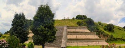 Μεγάλη πυραμίδα επάνω από Cholula με την εκκλησία στοκ εικόνα με δικαίωμα ελεύθερης χρήσης