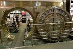 Μεγάλη πόρτα υπόγειων θαλάμων τράπεζας που ανοίγουν στοκ εικόνες με δικαίωμα ελεύθερης χρήσης