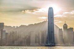 Μεγάλη πόλη, Κίνα, κωμόπολη της Κίνας - του Μαίην, σύννεφο, μεγάλο κτήριο, Χονγκ Κονγκ, ifc, βουνό, ήλιος, ηλιοβασίλεμα Στοκ Εικόνες
