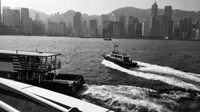 Μεγάλη πόλη πέρα από τη θάλασσα στο Χονγκ Κονγκ Στοκ Εικόνες