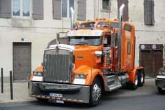 Μεγάλη πλούσια αμερικανική εξατομικευμένη φορτηγό παρουσίαση Στοκ φωτογραφία με δικαίωμα ελεύθερης χρήσης