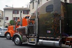 Μεγάλη πλούσια αμερικανική εξατομικευμένη φορτηγό παρουσίαση Στοκ Εικόνες
