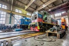Μεγάλη ρωσική ατμομηχανή στο εργαστήριο επισκευής για τα παλαιά τραίνα Στοκ φωτογραφία με δικαίωμα ελεύθερης χρήσης