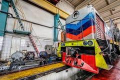 Μεγάλη ρωσική ατμομηχανή στο εργαστήριο επισκευής για τα παλαιά τραίνα Στοκ Φωτογραφία