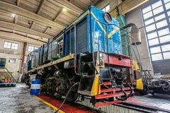 Μεγάλη ρωσική ατμομηχανή στο εργαστήριο επισκευής για τα παλαιά τραίνα Στοκ εικόνα με δικαίωμα ελεύθερης χρήσης