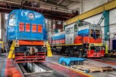 Μεγάλη ρωσική ατμομηχανή στο εργαστήριο επισκευής για τα παλαιά τραίνα Στοκ Εικόνες