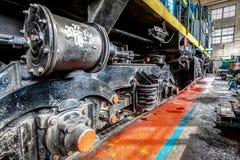 Μεγάλη ρωσική ατμομηχανή στο εργαστήριο επισκευής για τα παλαιά τραίνα Στοκ εικόνες με δικαίωμα ελεύθερης χρήσης