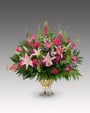 Μεγάλη ρύθμιση λουλουδιών σε ένα δοχείο ορείχαλκου Στοκ Εικόνες