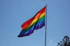 Μεγάλη σημαία ουράνιων τόξων που φυσά στον αέρα στοκ εικόνες