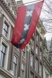Μεγάλη σημαία του Άμστερνταμ στο μέτωπο του ιστορικού κτηρίου Στοκ φωτογραφία με δικαίωμα ελεύθερης χρήσης