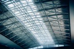 Μεγάλη στέγη μετάλλων με τα πανοραμικά παράθυρα στο τερματικό αερολιμένων Στοκ Εικόνες