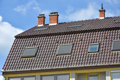 Μεγάλη στέγη σπιτιών με τους σωρούς καπνού Στοκ Φωτογραφία