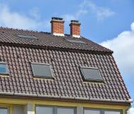 Μεγάλη στέγη σπιτιών με τους σωρούς καπνού Στοκ Εικόνα