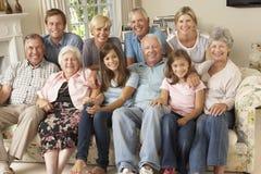 Μεγάλη συνεδρίαση οικογενειακής ομάδας στον καναπέ στο εσωτερικό Στοκ φωτογραφία με δικαίωμα ελεύθερης χρήσης