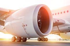 Μεγάλη σύγχρονη άποψη αεροσκαφών της τεράστιων μηχανής και των πλαισίων, το φως του ήλιου Στοκ Εικόνες