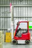 Μεγάλη σύγχρονη αποθήκη εμπορευμάτων με τα forklifts Στοκ Εικόνες