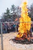 Μεγάλη φωτιά πίσω από το φράκτη στις διακοπές καρναβάλι Στοκ Εικόνες