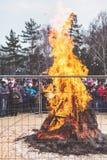 Μεγάλη φωτιά πίσω από το φράκτη στις διακοπές καρναβάλι Στοκ Φωτογραφίες