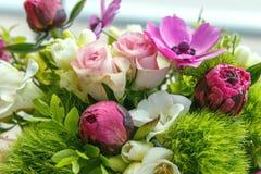 Μεγάλη όμορφη ανθοδέσμη των peonies, τριαντάφυλλα, anemones σε ένα βάζο Στοκ εικόνες με δικαίωμα ελεύθερης χρήσης