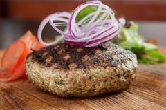 Μεγάλη juicy μπριζόλα του χοιρινού κρέατος, ψημένα στη σχάρα κάγκελα με τις μαύρες ζώνες Στοκ Εικόνες
