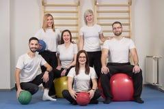 Μεγάλοι άνθρωποι ομάδας, chiropractors φυσιοθεραπευτών Στοκ εικόνες με δικαίωμα ελεύθερης χρήσης