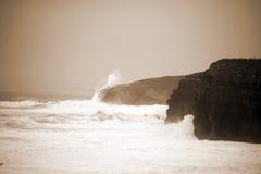 Μεγάλοι άσπροι κύματα και απότομοι βράχοι στον άγριο ατλαντικό τρόπο Στοκ φωτογραφίες με δικαίωμα ελεύθερης χρήσης