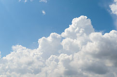 Μεγάλοι άσπροι σύννεφο και μπλε ουρανός Στοκ Φωτογραφίες
