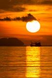 Μεγάλοι ήλιος και σκιαγραφία του αλιευτικού σκάφους Στοκ Εικόνες