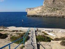 Μεγάλοι απότομοι βράχοι και θάλασσα Στοκ φωτογραφίες με δικαίωμα ελεύθερης χρήσης