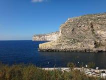 Μεγάλοι απότομοι βράχοι και θάλασσα Στοκ εικόνες με δικαίωμα ελεύθερης χρήσης