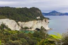 Μεγάλοι απότομοι βράχοι κοντά στον όρμο καθεδρικών ναών, Νέα Ζηλανδία Στοκ Εικόνα