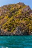 Μεγάλοι απότομος βράχος και θάλασσα Στοκ φωτογραφία με δικαίωμα ελεύθερης χρήσης