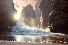 Μεγάλοι βράχοι και ωκεάνια κύματα στο ηλιοβασίλεμα Στοκ εικόνα με δικαίωμα ελεύθερης χρήσης