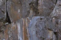 Μεγάλοι βράχοι με τις ζωηρόχρωμες ραβδώσεις λειχήνων Στοκ Φωτογραφίες