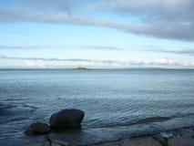 Μεγάλοι βράχοι στην ακτή της άσπρης θάλασσας Στοκ φωτογραφία με δικαίωμα ελεύθερης χρήσης