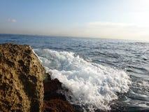 Μεγάλοι βράχος και κύμα Στοκ Εικόνα