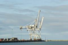 Μεγάλοι γερανοί στην αποβάθρα ενός λιμανιού Στοκ φωτογραφία με δικαίωμα ελεύθερης χρήσης