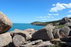 Μεγάλοι γκρίζοι βράχοι στην ακτή Στοκ φωτογραφία με δικαίωμα ελεύθερης χρήσης